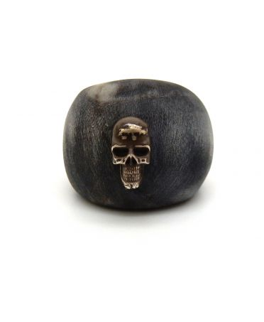 Horn ring with silver skull