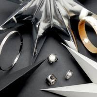 // Des étoiles pleins les yeux //  Qu'on soit petit ou grand , on a tous le droit de continuer à rêver . Nos bijoux en font partis et ne vous quitte plus ! Notre e-shop et nos boutiques partenaires restent ouvertes !  Notre boutique-atelier sera ouverte les 30/31 décembre pour vos derniers cadeaux ou pour dénicher l'accessoire du réveillon ! . . . #afterchristmas #apresnoel #accessoires #mode #fashion #reveillon #decembre #decembre2020 #findannee #nouvelleannée #accessoiresdefetes