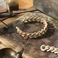 À l'atelier nous travaillons de manière intemporelle l'argent et la corne. . . . #atelier #artisan #createur #madeinfrance #bijoutier #bijoutiere #savoirfaire #travailmanuel #work #silverchain #chain #chaine #bijouxchaine