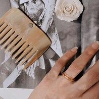 //SELF CARE// Avec un espacement de dents idéal, le cap haïtien préserve vos boucles naturelles ✨  - Merci a @myparisian_life pour la jolie photo  - #peigne #comb #haircare #cheveux #soincheveux #accessoire #fashion #jewelry #bijoux #mode #ootd #aesthetic