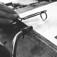 Rétrospective de la semaine à l'atelier. Comme les lutins de noël , l'ensemble des commandes professionnelles sont parties pour être exposées à temps pour la réouverture début décembre.  Nos stocks sont au plus haut et nous attendons patiemment de vous faire découvrir la boutique. Dans l'attente regardez en ligne sur notre site 😉 . . . #workshop #atelier #envoi #colis #pournoël #noël #thanksgiving #bijou #bijoux #jewel #jewels