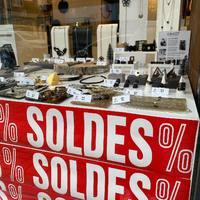 Les soldes ont commencé aussi chez Coucot ! Venez découvrir notre sélection à prix doux, votre boite à bijoux vous remerciera ;))  - #soldes #sales #ootd #bijoux #peigne #vitrine #boutique #shopping #artisan #boutiquelille #lille