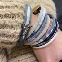 Maille comfy et bijoux assortis - la recette pour une belle journée hivernale ! ❄️  Photo et dispo chez @friselisandco 😍 - #hiver #bracelets #bijoux #madeinfrance #jewelry #winter #joncs #pull #neige